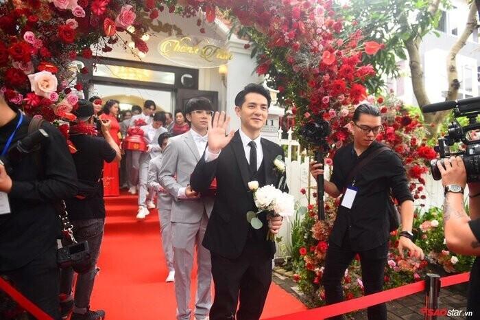 Ông Cao Thắng lái siêu xe từng xuất hiện trong MV Ta là của nhau sang nhà gái rước cô dâu Đông Nhi ảnh 1Ông Cao Thắng lái siêu xe từng xuất hiện trong MV Ta là của nhau sang nhà gái rước cô dâu Đông Nhi ảnh 2