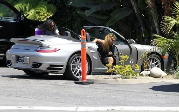 Dan sao nu Hollywood va thu vui so huu nhung sieu xe dat tien hinh anh 8 Rihanna_Porsche1.jpg