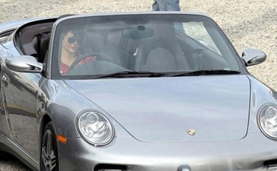 Dan sao nu Hollywood va thu vui so huu nhung sieu xe dat tien hinh anh 9 Porsche_997_Turbo_Rihanna_Cars.jpg