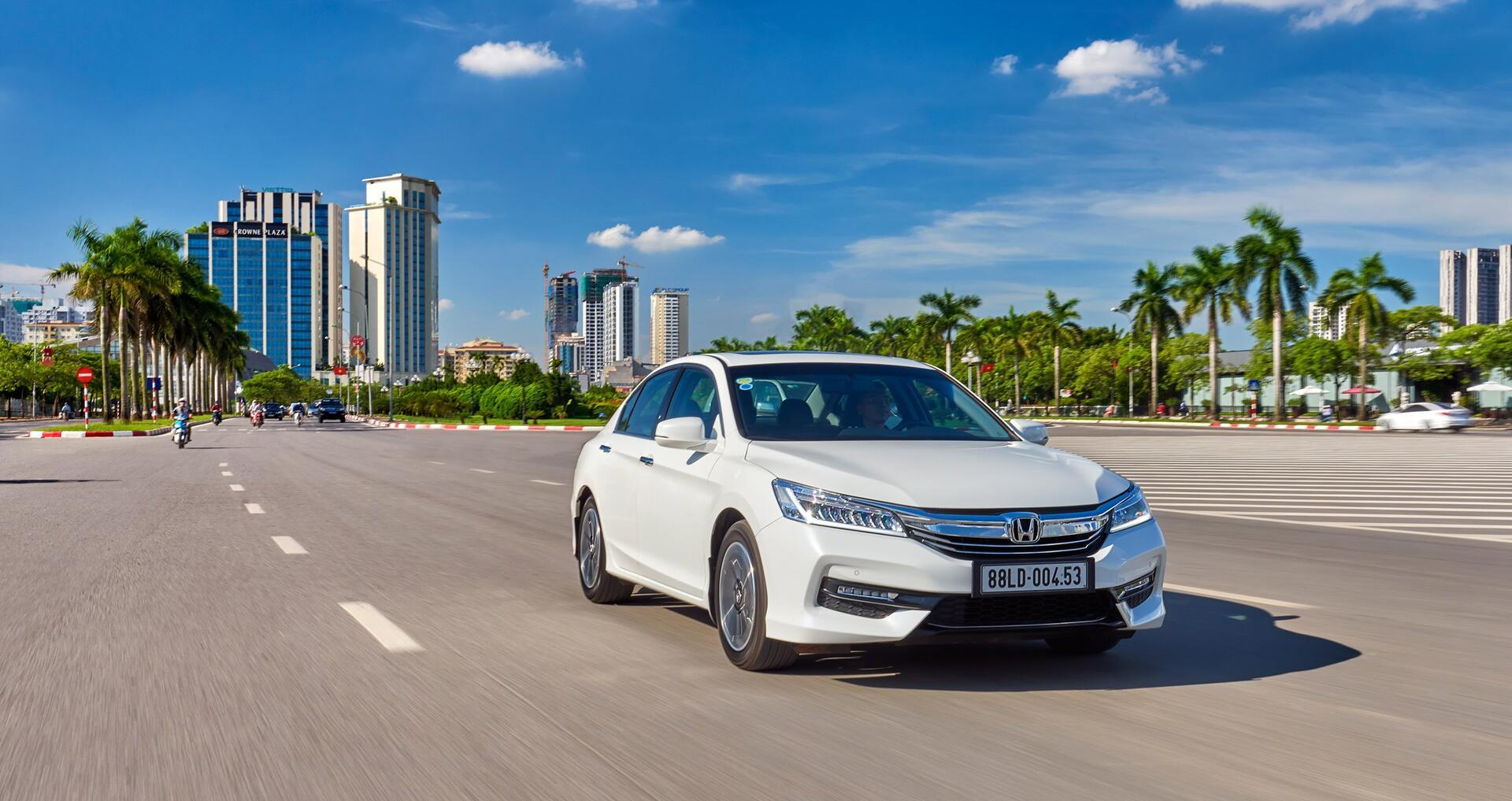 Đánh giá Honda Accord 2016: Ưa nhìn hơn, trang bị tốt hơn và lái phấn khích hơn - Hình 1
