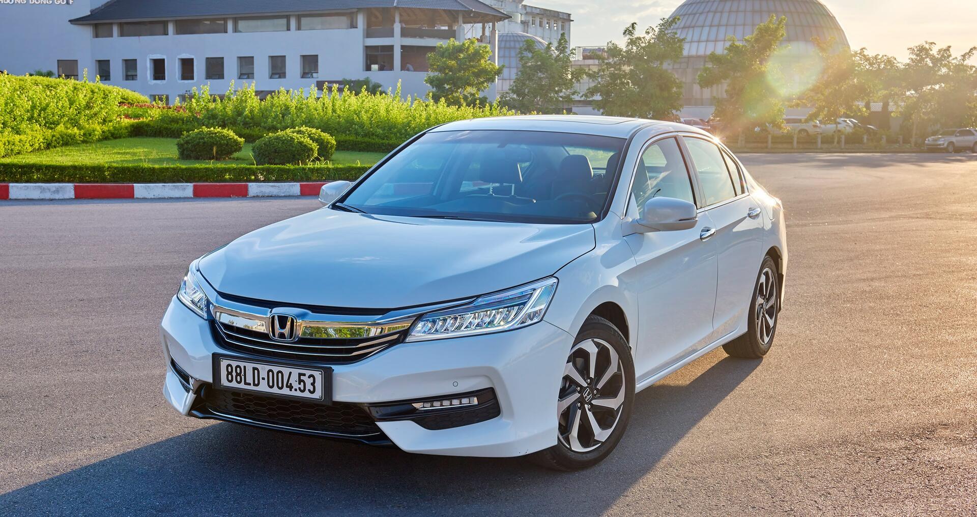 Đánh giá Honda Accord 2016: Ưa nhìn hơn, trang bị tốt hơn và lái phấn khích hơn - Hình 2