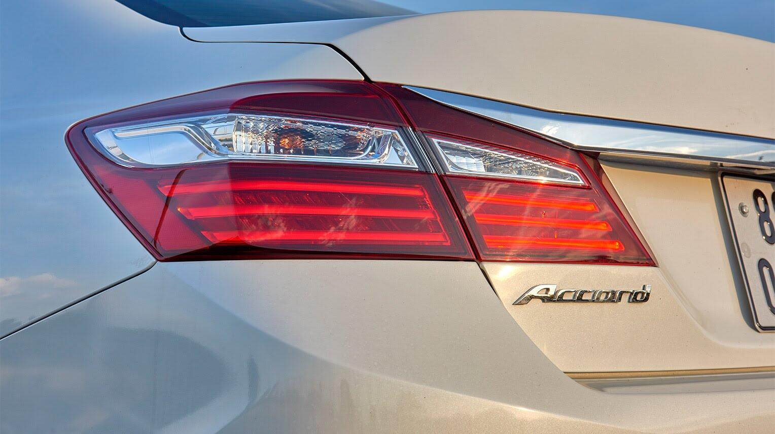 Đánh giá Honda Accord 2016: Ưa nhìn hơn, trang bị tốt hơn và lái phấn khích hơn - Hình 3