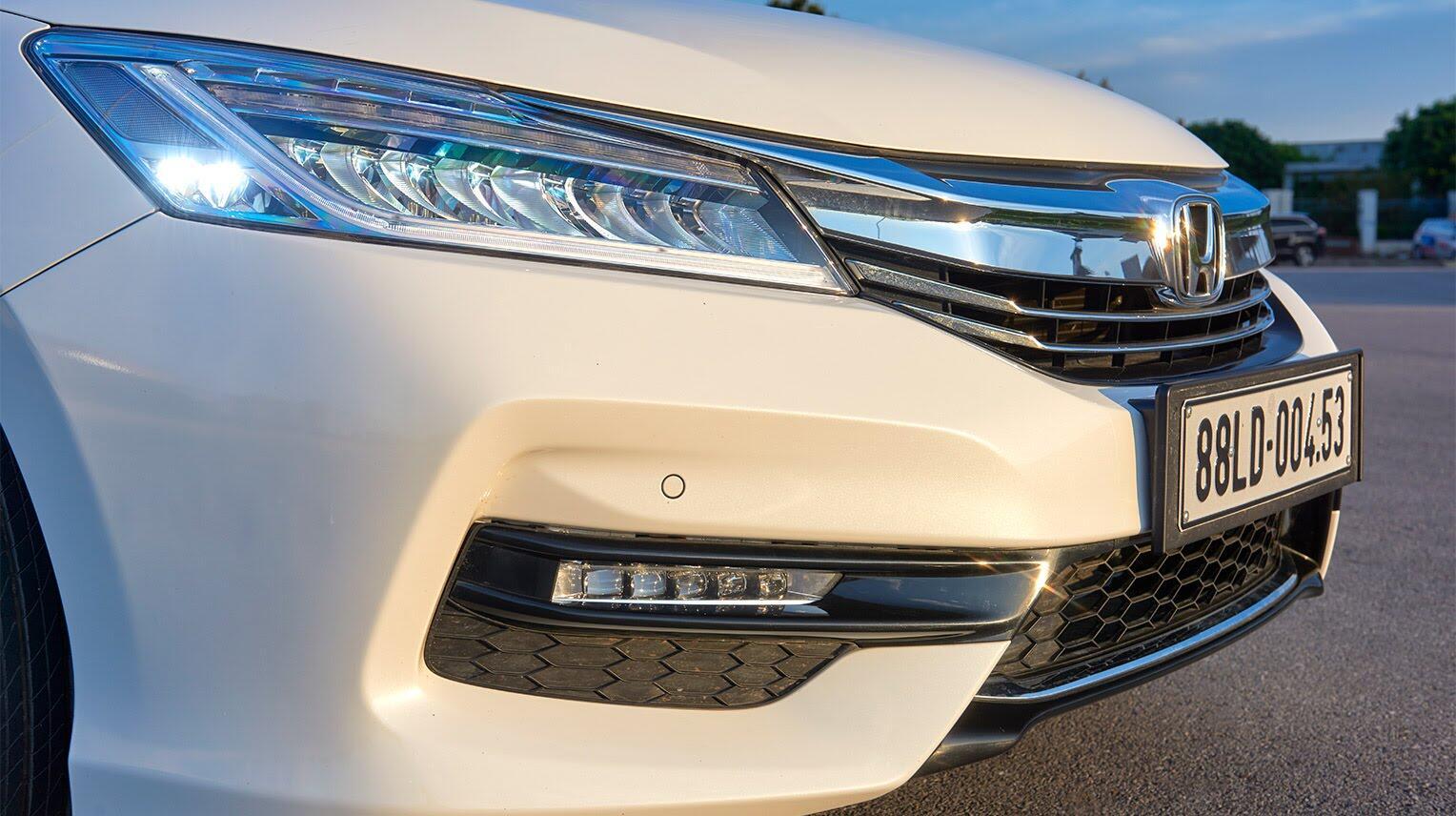 Đánh giá Honda Accord 2016: Ưa nhìn hơn, trang bị tốt hơn và lái phấn khích hơn - Hình 4