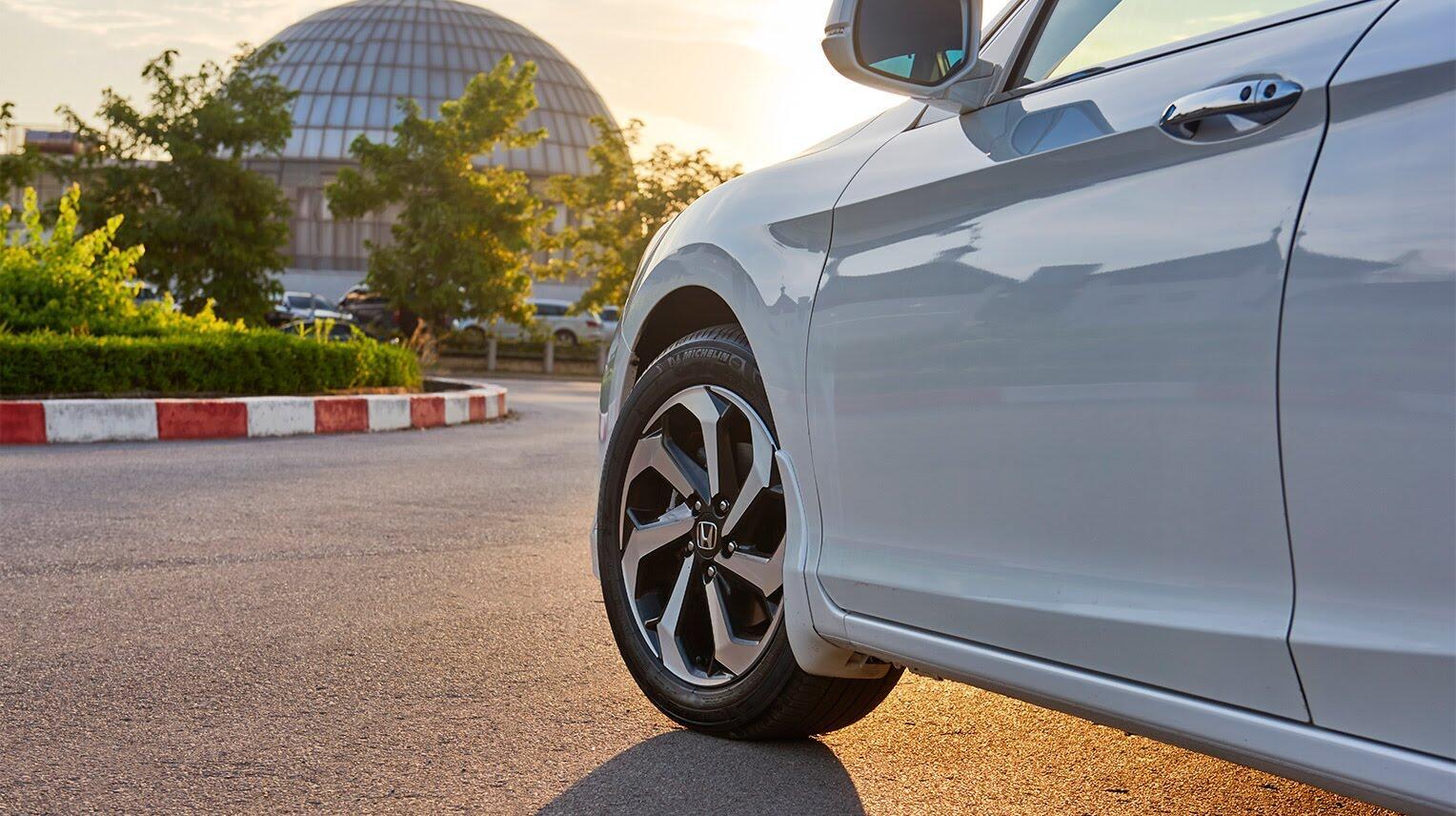 Đánh giá Honda Accord 2016: Ưa nhìn hơn, trang bị tốt hơn và lái phấn khích hơn - Hình 7