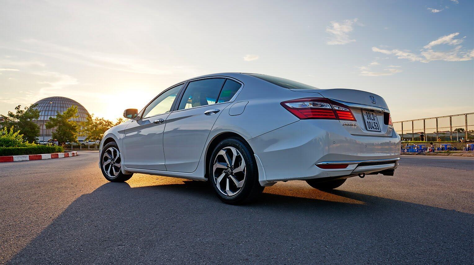 Đánh giá Honda Accord 2016: Ưa nhìn hơn, trang bị tốt hơn và lái phấn khích hơn - Hình 8