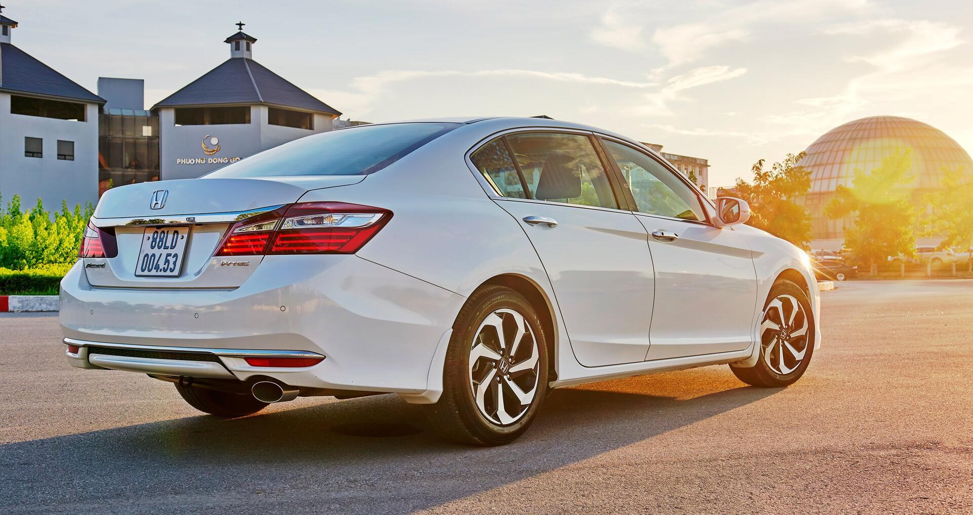 Đánh giá Honda Accord 2016: Ưa nhìn hơn, trang bị tốt hơn và lái phấn khích hơn - Hình 9