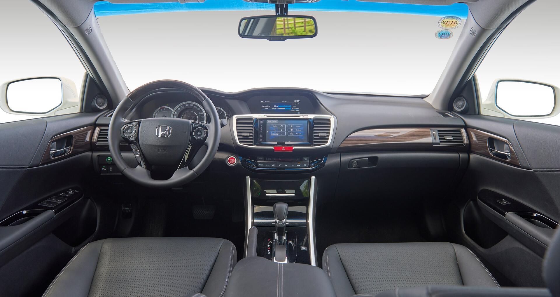 Đánh giá Honda Accord 2016: Ưa nhìn hơn, trang bị tốt hơn và lái phấn khích hơn - Hình 10