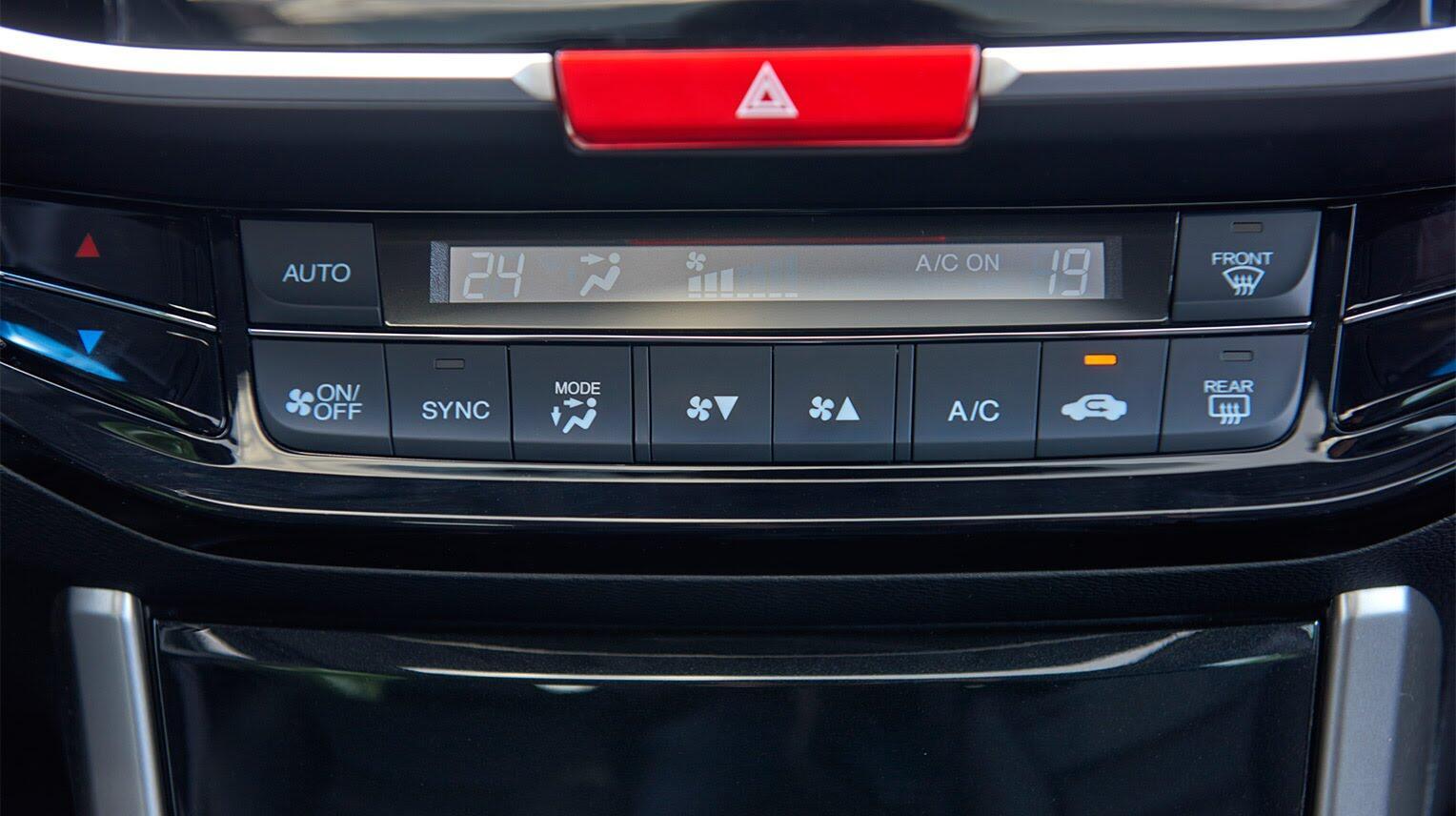 Đánh giá Honda Accord 2016: Ưa nhìn hơn, trang bị tốt hơn và lái phấn khích hơn - Hình 14