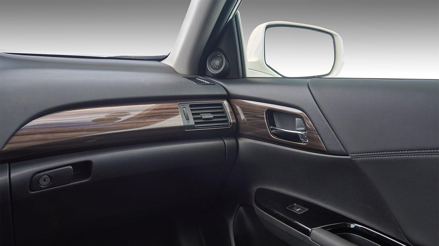 Đánh giá Honda Accord 2016: Ưa nhìn hơn, trang bị tốt hơn và lái phấn khích hơn - Hình 16
