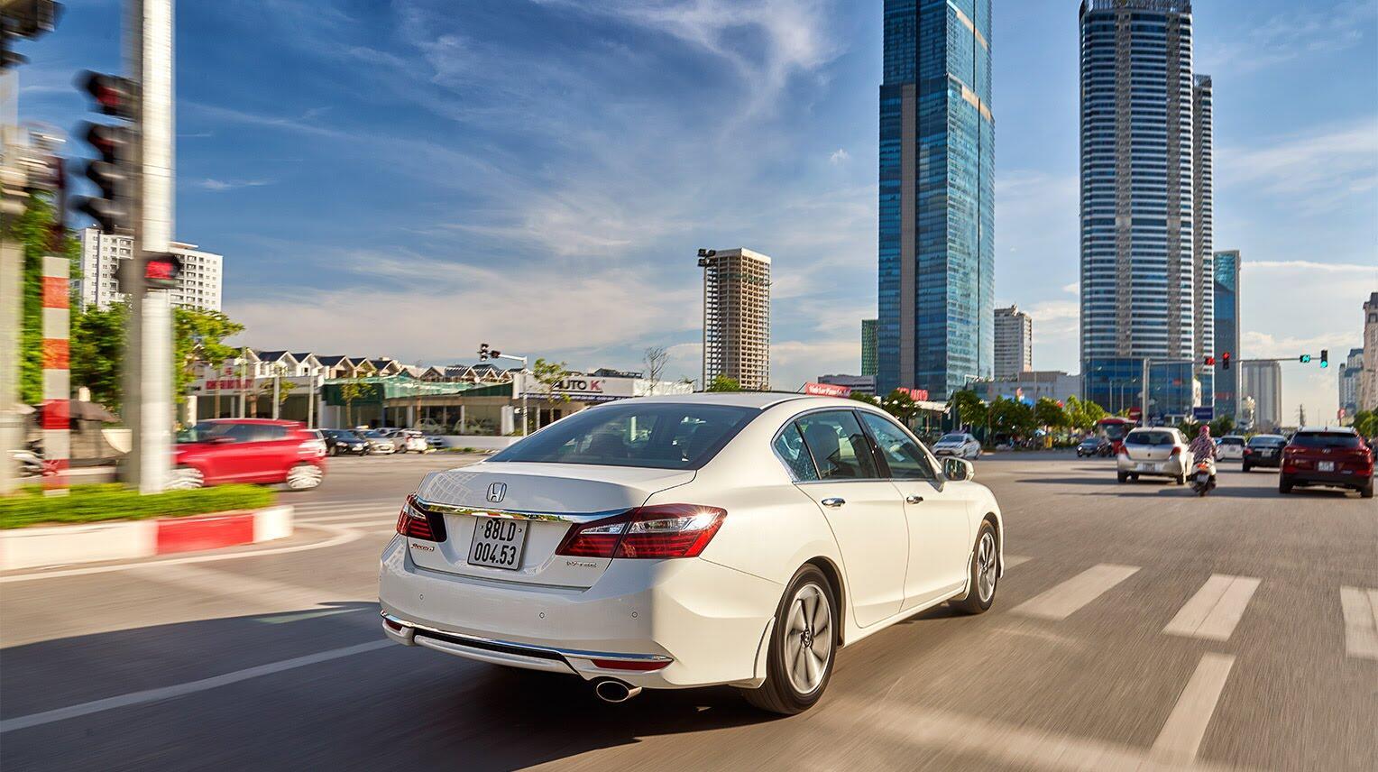 Đánh giá Honda Accord 2016: Ưa nhìn hơn, trang bị tốt hơn và lái phấn khích hơn - Hình 27