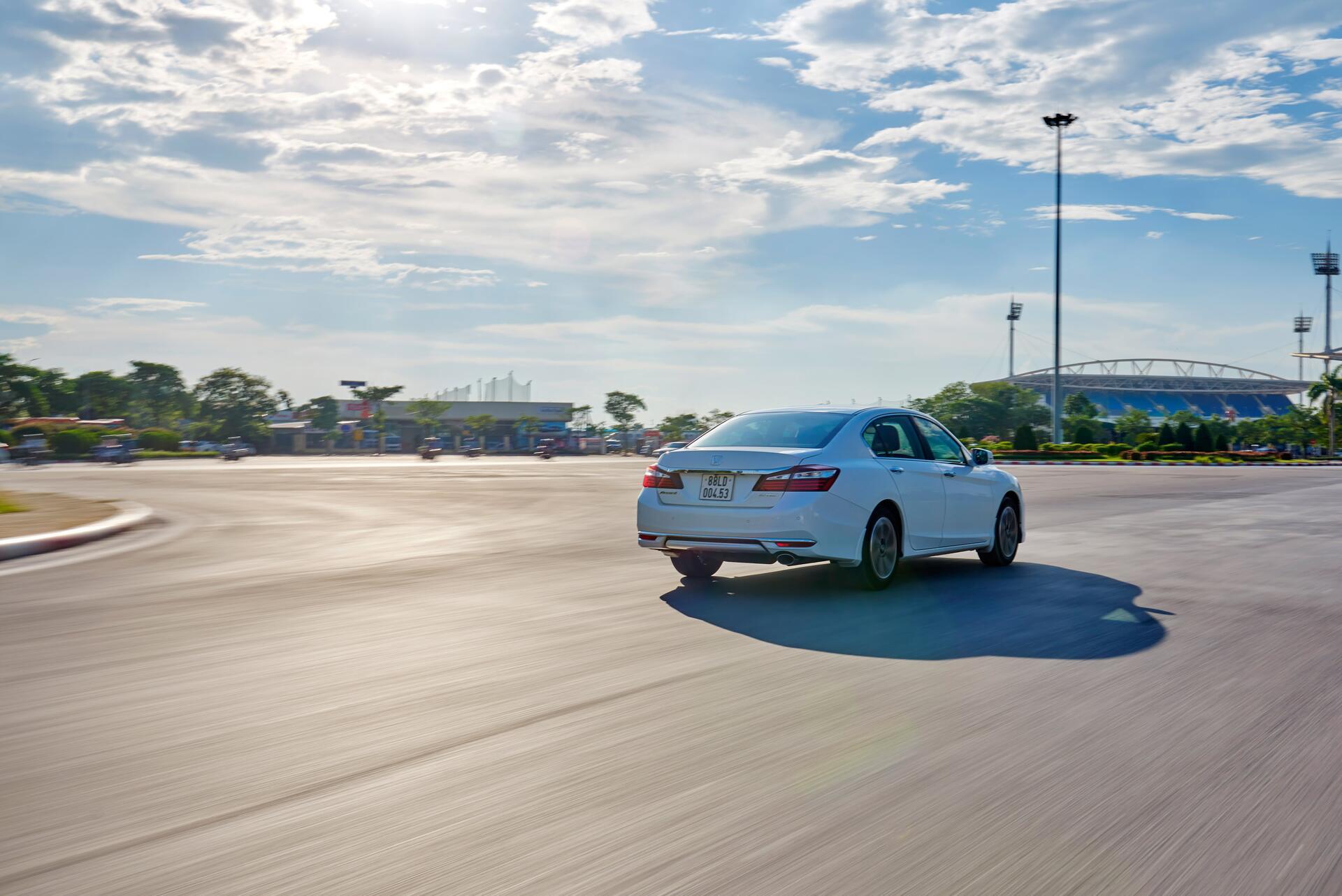 Đánh giá Honda Accord 2016: Ưa nhìn hơn, trang bị tốt hơn và lái phấn khích hơn - Hình 28