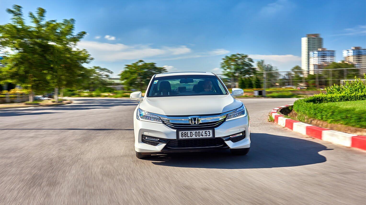 Đánh giá Honda Accord 2016: Ưa nhìn hơn, trang bị tốt hơn và lái phấn khích hơn - Hình 31