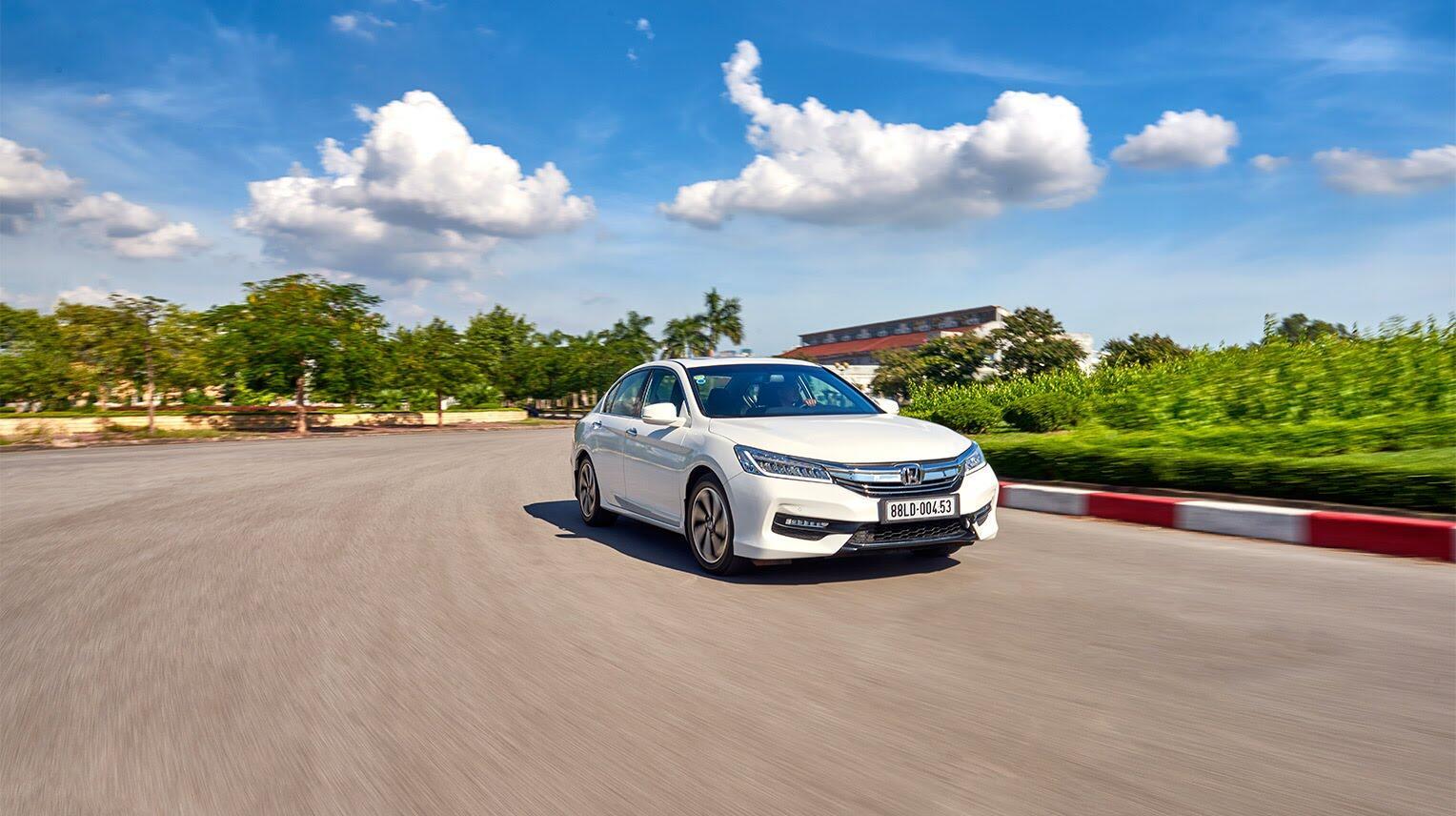 Đánh giá Honda Accord 2016: Ưa nhìn hơn, trang bị tốt hơn và lái phấn khích hơn - Hình 32