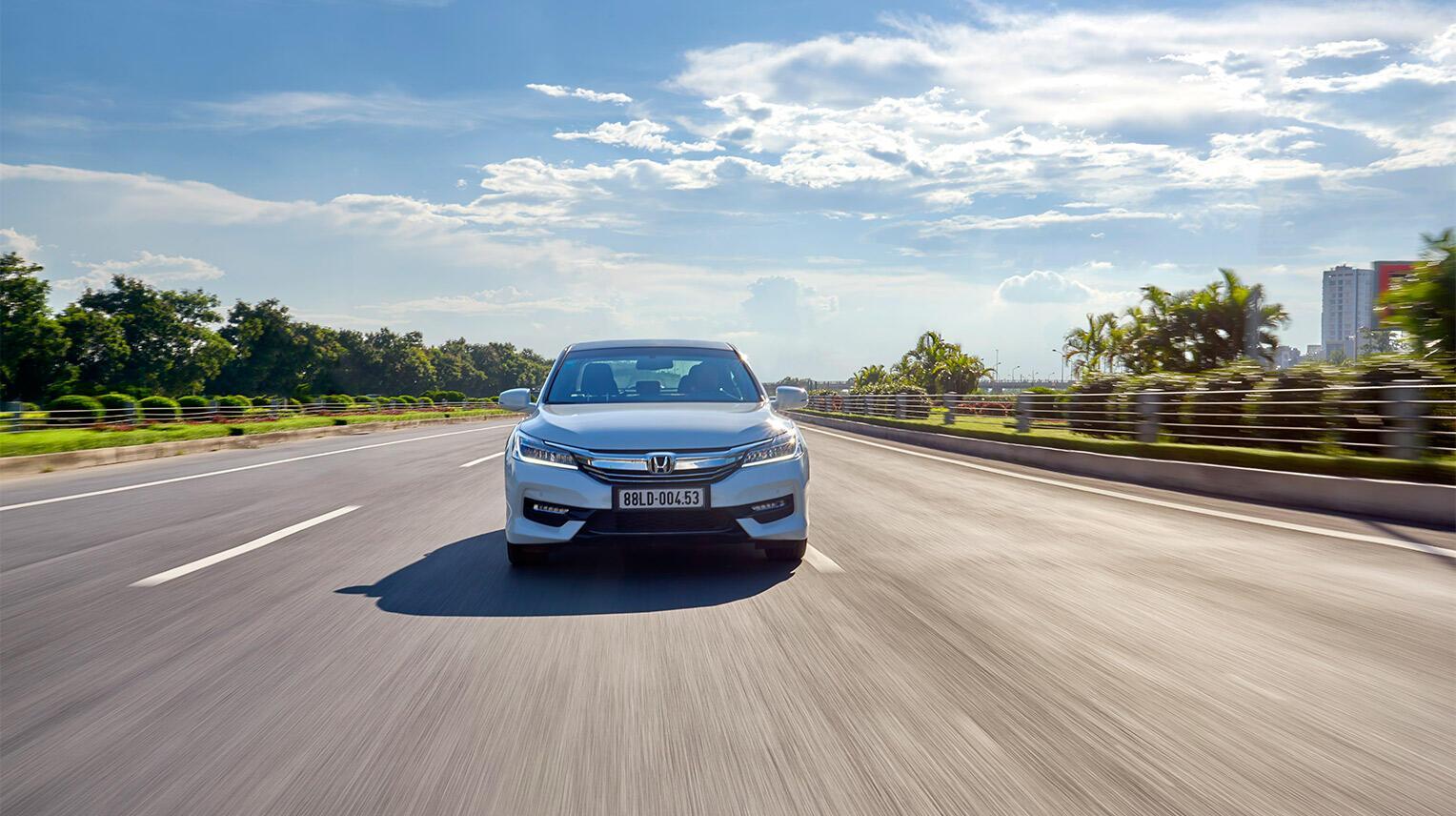 Đánh giá Honda Accord 2016: Ưa nhìn hơn, trang bị tốt hơn và lái phấn khích hơn - Hình 33