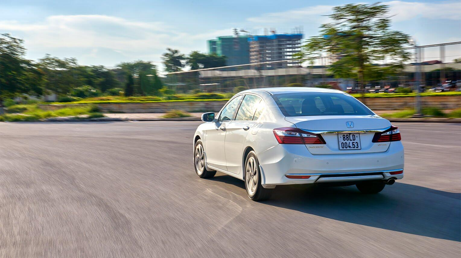 Đánh giá Honda Accord 2016: Ưa nhìn hơn, trang bị tốt hơn và lái phấn khích hơn - Hình 34