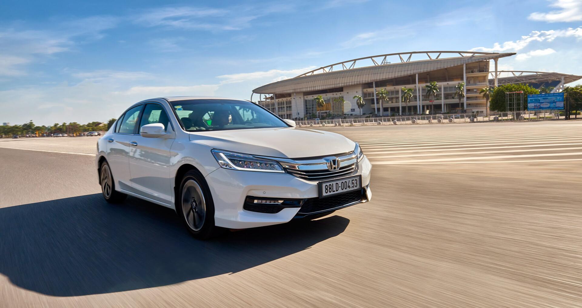 Đánh giá Honda Accord 2016: Ưa nhìn hơn, trang bị tốt hơn và lái phấn khích hơn - Hình 35