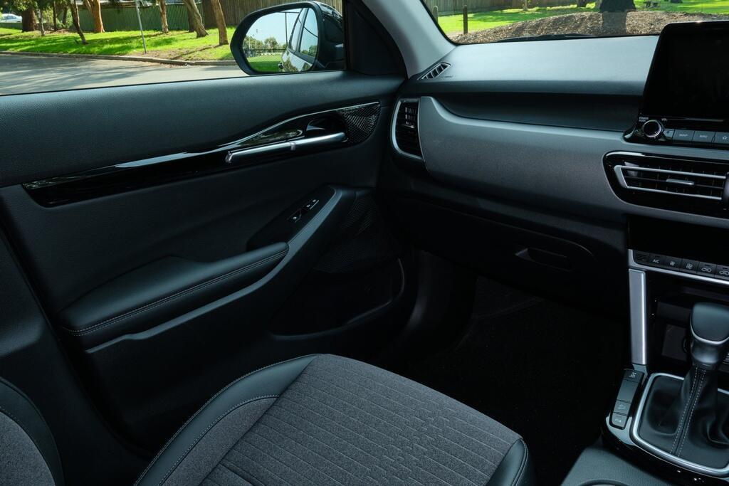 Danh gia Kia Seltos Sport+ AWD 2020 – SUV rong rai, lai thoai mai hinh anh 18 Kia_Seltos_27.jpg