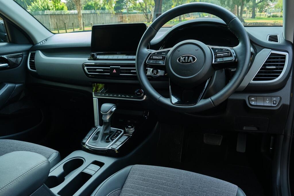 Danh gia Kia Seltos Sport+ AWD 2020 – SUV rong rai, lai thoai mai hinh anh 13 Kia_Seltos_24.jpg