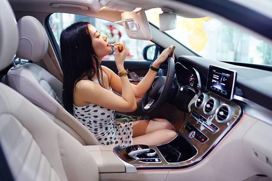 Diễn viên trẻ Milan Phạm chi hơn 1,7 tỷ đồng để rước Mercedes-Benz C 250 về dinh - Hình 3