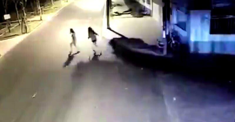 Đùa giỡn tử thần, thiếu nữ bị ô tô húc bay lên không trung - Hình 1