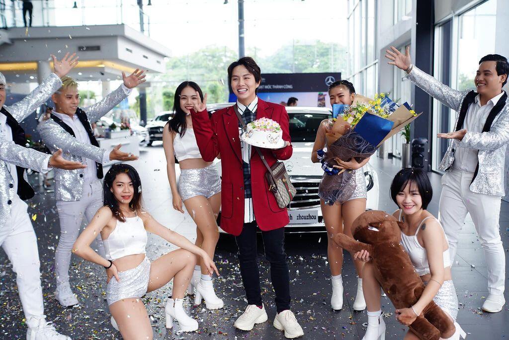 Duy Khánh Zhou Zhou tậu Mercedes-Benz E200 mừng sinh nhật tuổi 25 - Hình 1