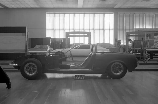 Ford quên đã từng chế tạo Mustang động cơ đặt giữa hay chưa, phải… hỏi lại fan cho chắc chắn - Ảnh 1.