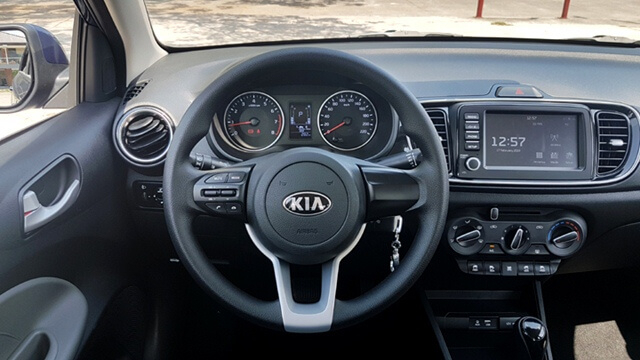 Vô lăng của mẫu xe hạng B khá tròn trịa đẹp mắt