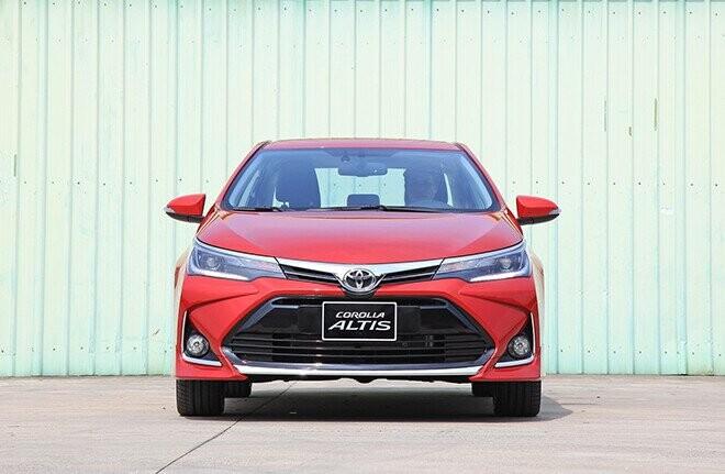 gia xe toyota corolla altis lan banh thang 9/2021, tang 2 nam bao hiem than vo