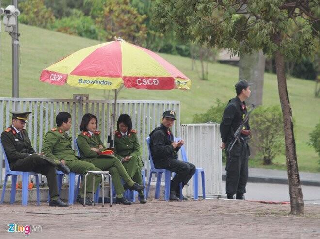 Nhiều nút giao, ngã 3 - 4 quanh các khách sạn có đại biểu tập kết cũng được tăng cường an ninh trước cuộc gặp của nguyên thủ 2 nước. Ảnh: Hoàng Lam.