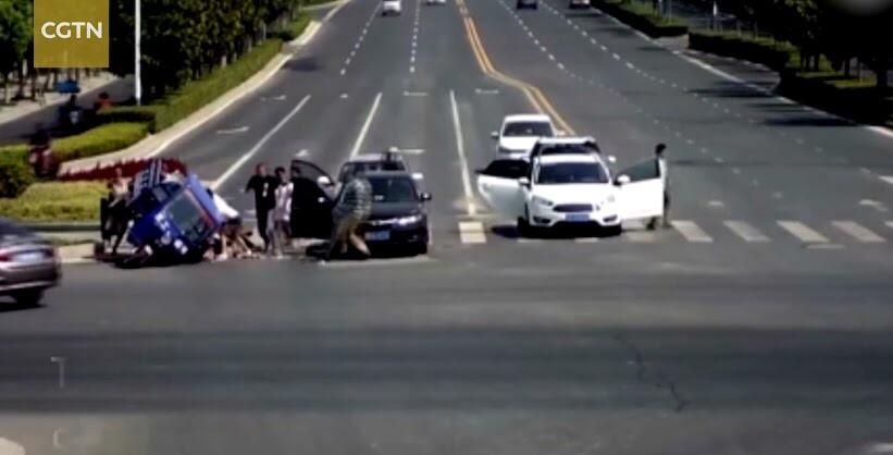 Hàng chục người lao vào giải cứu nạn nhân bị xe 3 bánh đè bẹp - Hình 1