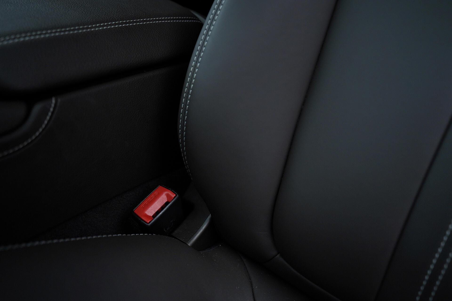 Những mẫu xe khác cái chốt màu đỏ nó sẽ nhô cao lên giúp cho người lái dễ dàng hơn khi cài dây an toàn.