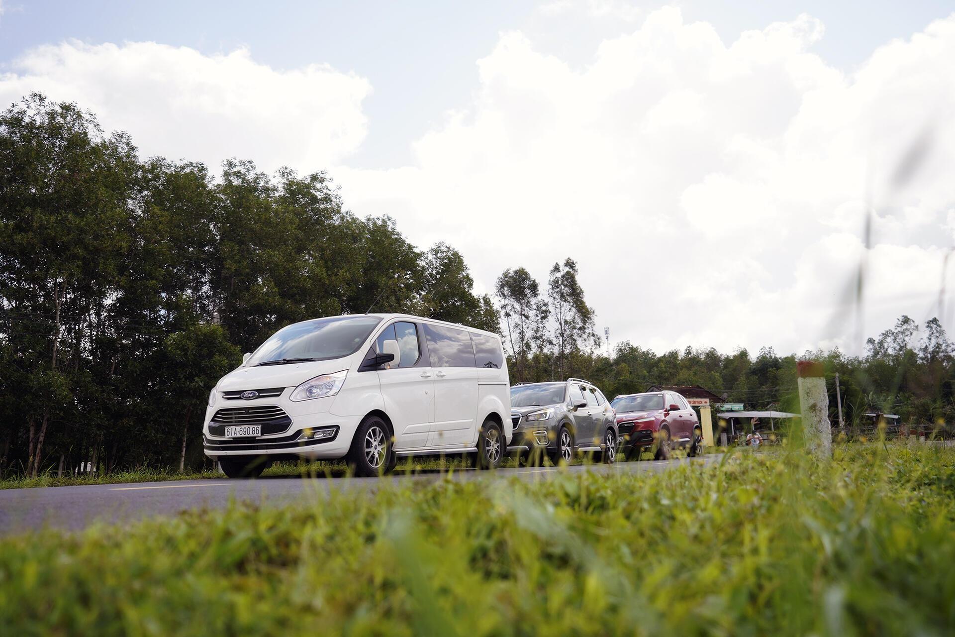 Giờ em mới cho em Tourneo lên sóng chung nhé, 3 chiếc cùng 1 chặn đường, mỗi xe 1 cảm giác lái khác nhau.
