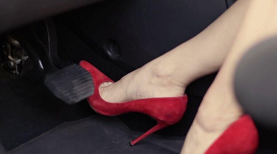 Đi giày cao gót lái xe