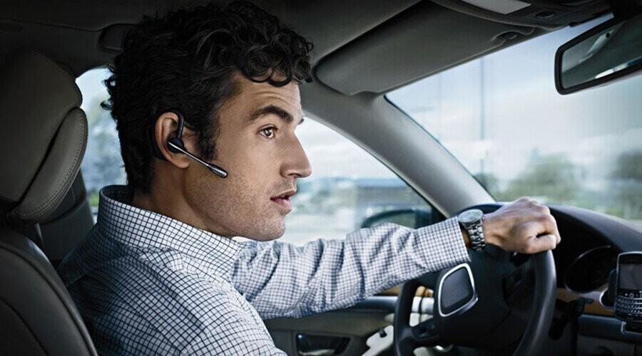 Đeo tai nghe lái xe