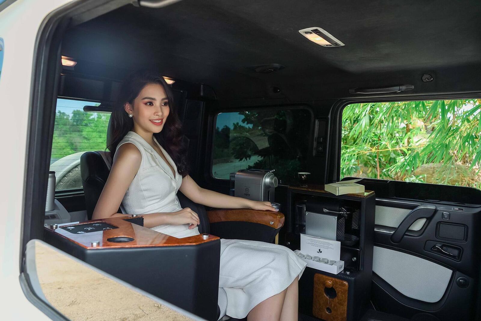 Hoa hậu Tiểu Vy cuốn hút bên Mercedes-Benz G63 AMG độ