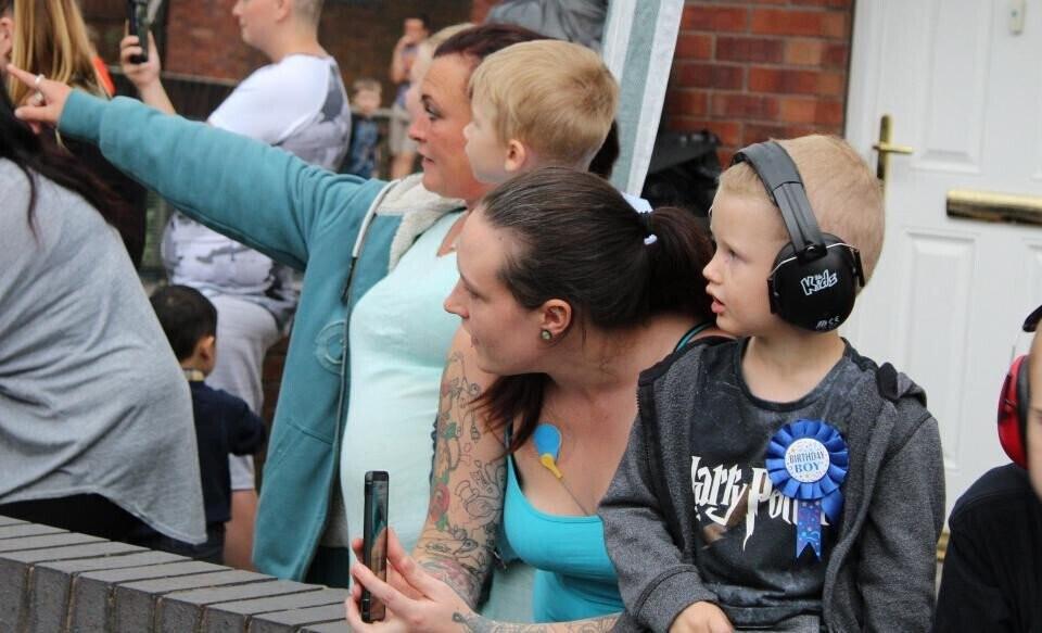 Hơn 140 ôtô diễu hành mừng sinh nhật bé 4 tuổi mê xe bị tự kỷ - Hình 1