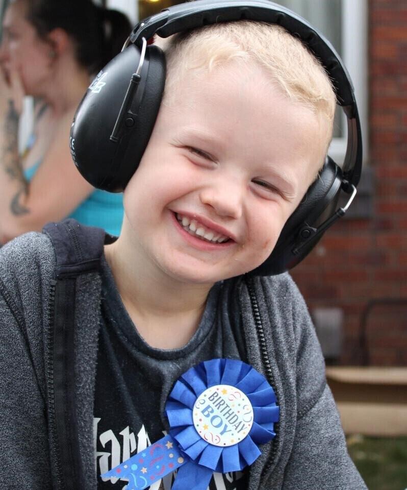 Hơn 140 ôtô diễu hành mừng sinh nhật bé 4 tuổi mê xe bị tự kỷ - Hình 6