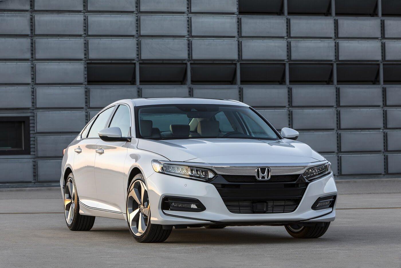 """Honda ra mắt Accord 2018 mong """"đánh bật"""" Toyota Camry - Hình 2"""