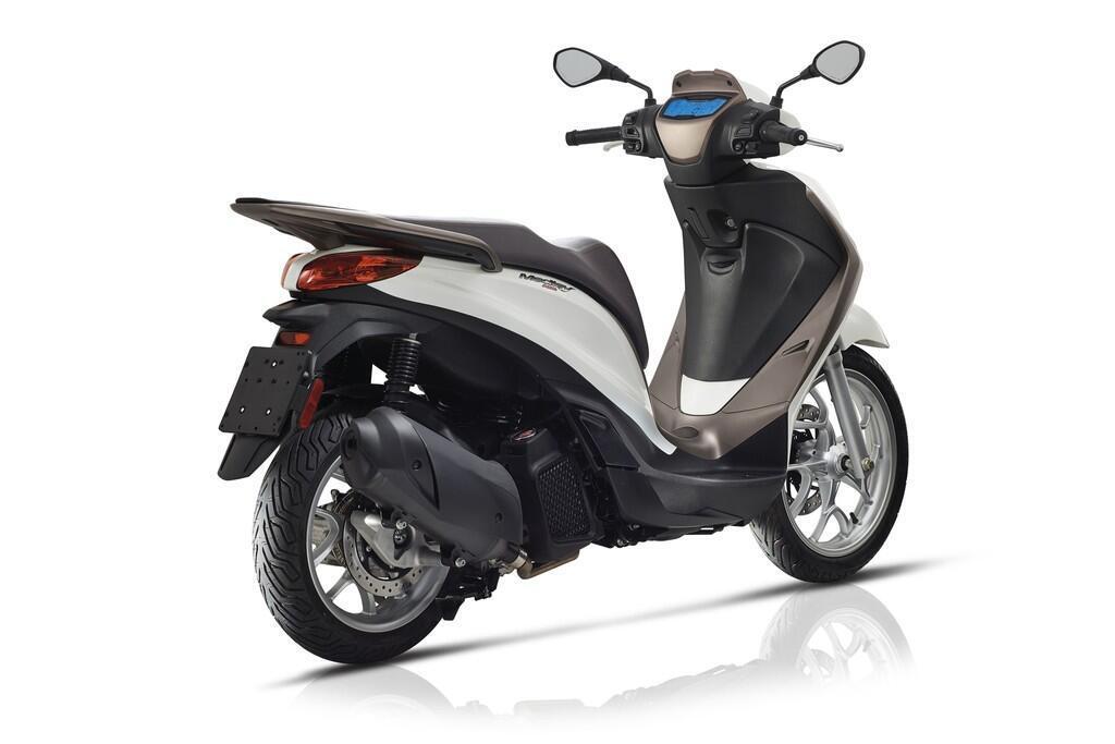 https://cdn.dailyxe.com.vn/image/honda-sh-2020-va-piaggio-medley-2020-1-89718j2.jpg?1574090044630