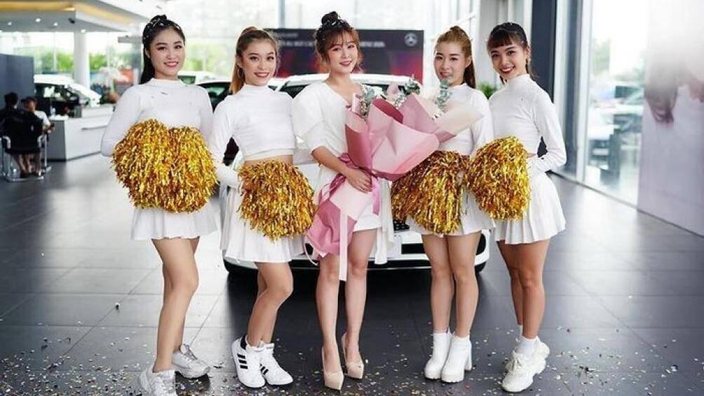 hot-girl-com-nguoi-tau-xe-sang-mercedes-benz-e250-gia-hon-2-ty-dong