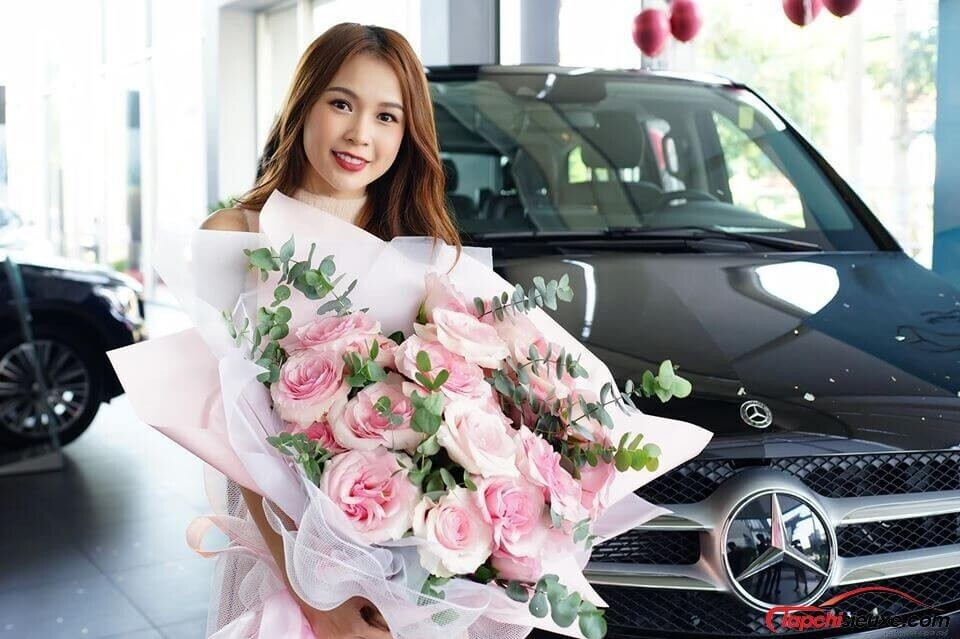 hot-girl-sam-mang-vali-tien-ty-tau-mercedes-benz-v250-luxury-dau-tien-viet-nam