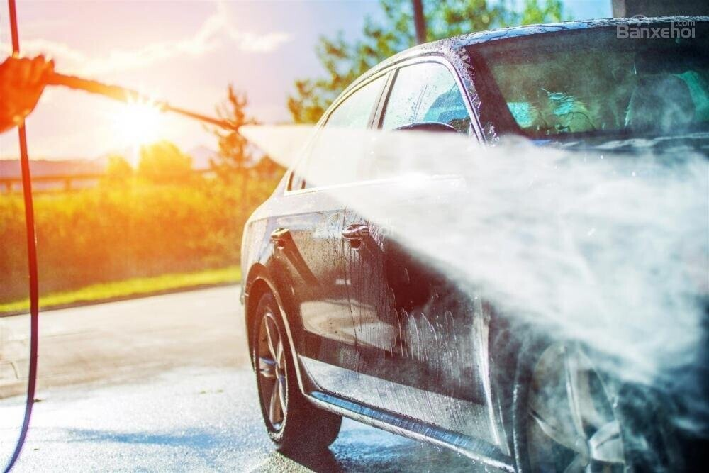 Rửa xe ô tô.
