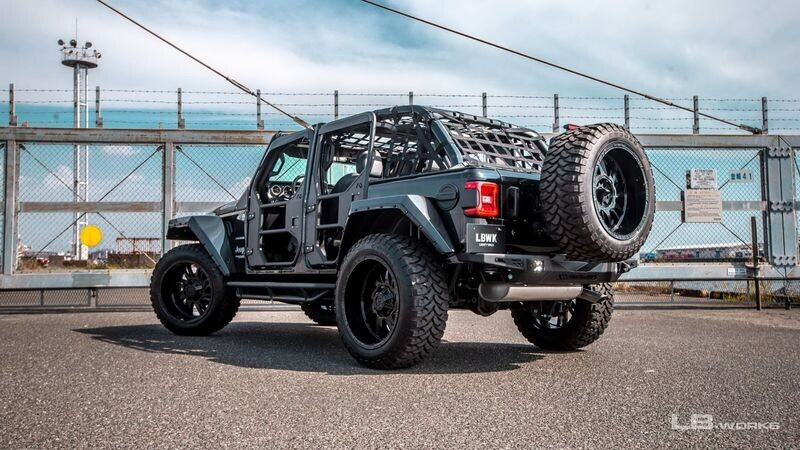 jeep-wrangler-lot-xac-thanh-quai-thu-du-ton-chi-bang-mot-cu-bung-tay-cua-liberty-walk