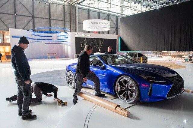 Khung cảnh tan hoang của Geneva Motor Show 2020: Tất cả đắp chiếu chờ tháo dỡ - Ảnh 19.
