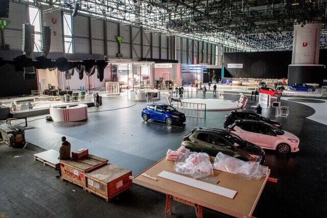 Khung cảnh tan hoang của Geneva Motor Show 2020: Tất cả đắp chiếu chờ tháo dỡ - Ảnh 17.