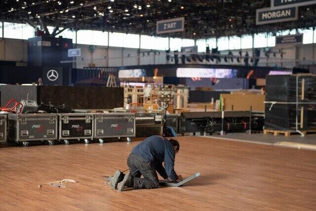 Khung cảnh tan hoang của Geneva Motor Show 2020: Tất cả đắp chiếu chờ tháo dỡ - Ảnh 11.