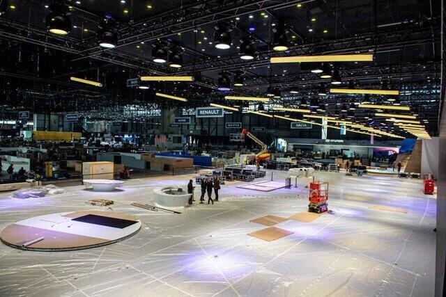 Khung cảnh tan hoang của Geneva Motor Show 2020: Tất cả đắp chiếu chờ tháo dỡ - Ảnh 8.