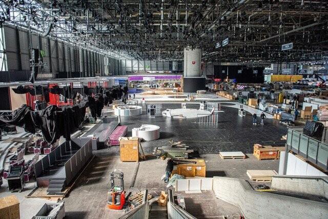 Khung cảnh tan hoang của Geneva Motor Show 2020: Tất cả đắp chiếu chờ tháo dỡ - Ảnh 1.