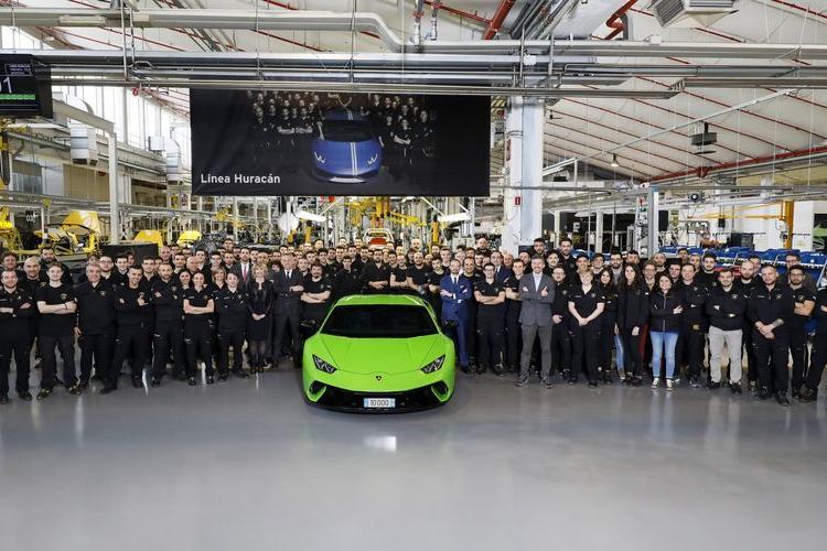 Lamborghini ăn mừng chiếc Huracan thứ 10.000 lăn bánh khỏi dây chuyền sản xuất - Hình 1