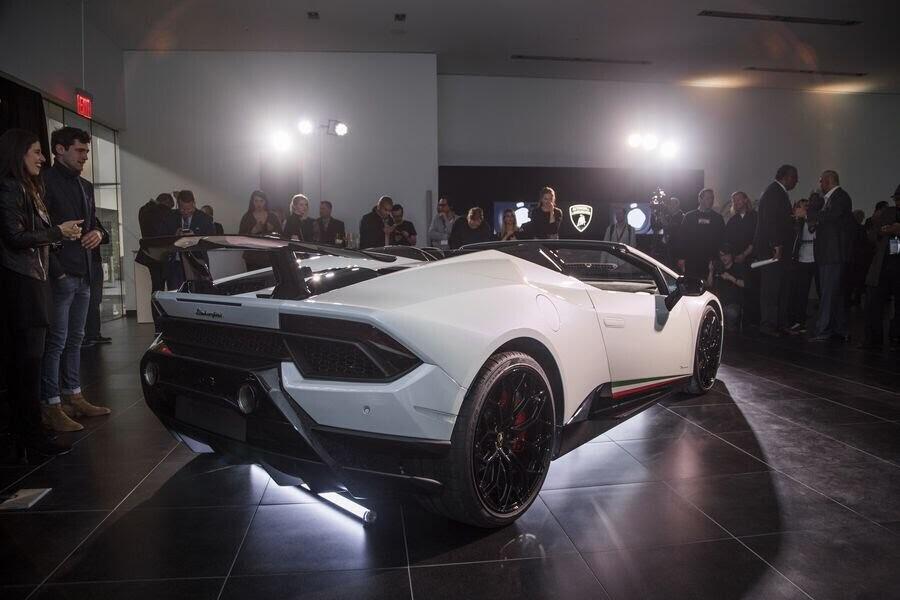 Lamborghini Huracan Performante Spyder hạ cánh tại đất Mỹ, với giá từ 7 tỷ VNĐ - Hình 5
